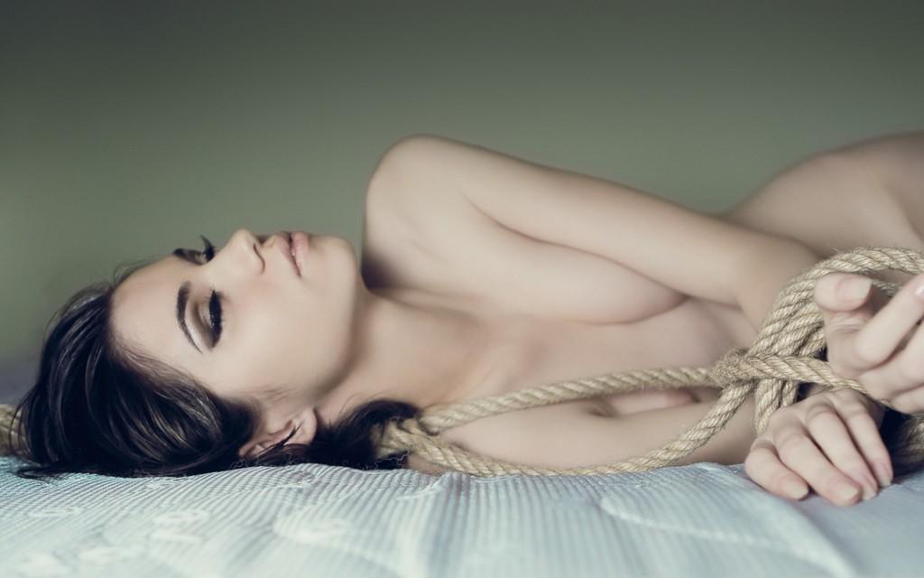Женщина в веревке